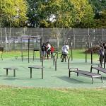 Udendørs træningspark fitness område Gadehavegård grøn helstøbt gummi
