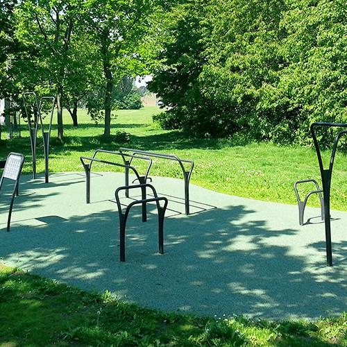 Udendørs træningspark Jyllinge træningsredskaber grøn helstøbt gummi
