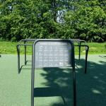 vejledningsskilt til de udendørs træningsredskaber i Jyllige