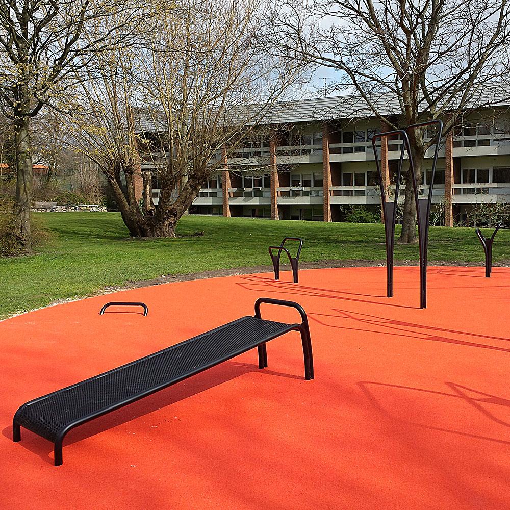 Aarhus incline bench til maveøvelser udendørs træningsredskab helstøbt gummibelægning