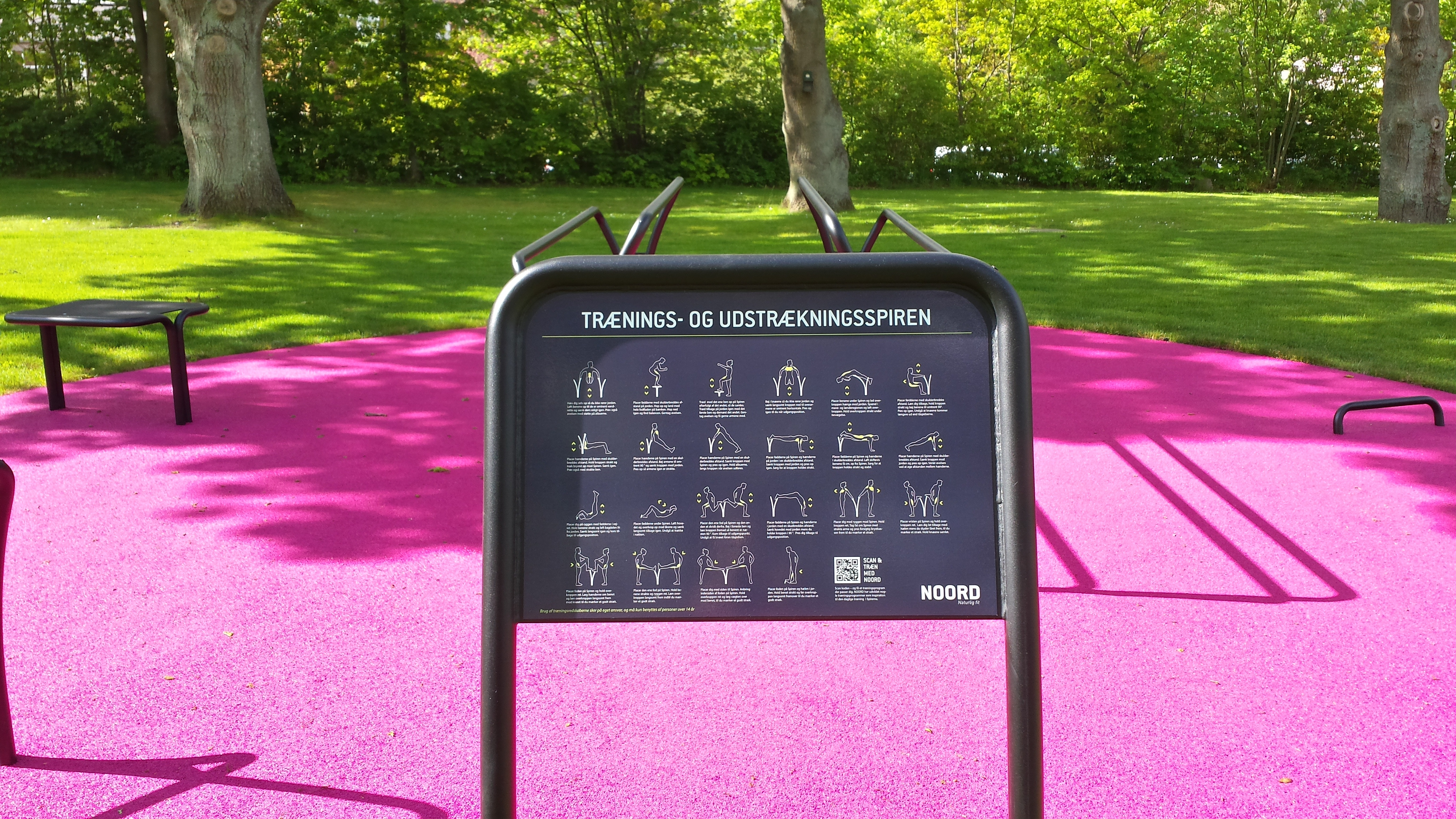 Vejledningsskilt udendørs træningredskab i pink gummiunderlag
