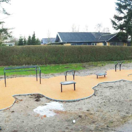 Udendørs træningredskaber ved Fynshav med faldunderlag i helstøbt EPDM gummi