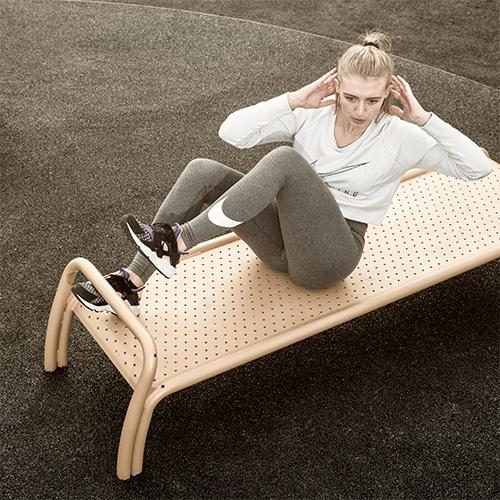 Udendørs fitnessredskab til mave træning i flot dansk design Se mere her