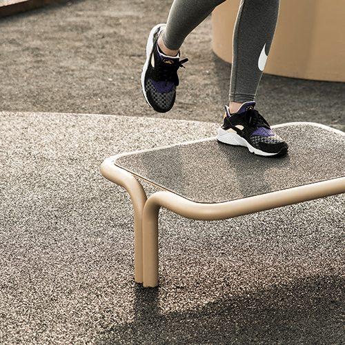 Udendørs fitnessredskab til step øvelser med minimal vedligeholdelse