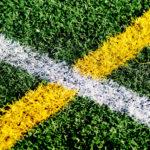 Streger i farver på udendørs kunstgræsbane