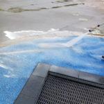 Rens af gummibelægning og faldunderlag i skolegård