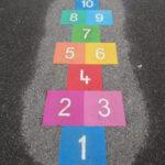 Hinkerude i farver udlagt i skolegård